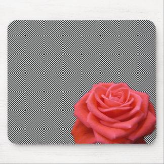Svartvitt kvadrerar och rosa ros musmatta