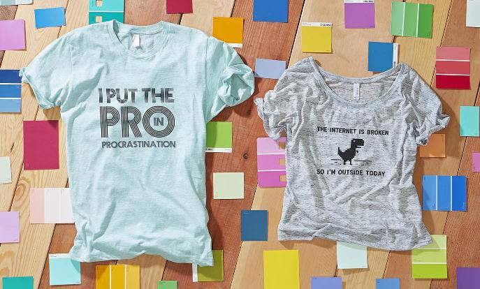 Vi erbjuder massor med designs på kläder som går att utforma med egen text, bild och mönster.