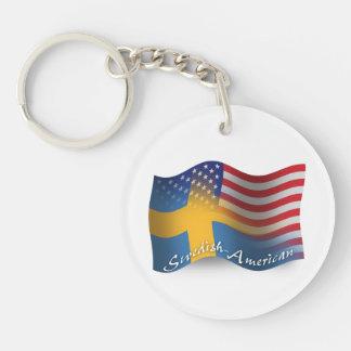 Svensk-Amerikan som vinkar flagga