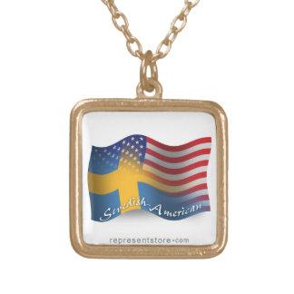 Svensk-Amerikan som vinkar flagga Halsband Med Fyrkantigt Hängsmycke
