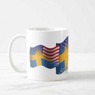 Svensk-Amerikan som vinkar flagga Vit Mugg