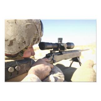 Syften för en soldat in med hans M40A3 Fototryck
