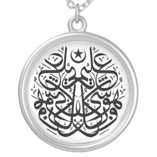 Symmetri i arabiskathuluthcalligraphy silverpläterat halsband