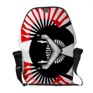 Symmetriskt räcka den hållande fläkten kurir väska