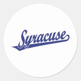 Syracuse skrivar logotypen i blått runt klistermärke