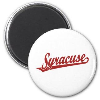 Syracuse skrivar logotypen i rött magnet