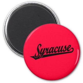 Syracuse skrivar logotypen i svart magnet