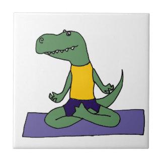 T-Rex Dinosaur som gör Yoga Kakelplatta