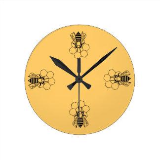 Ta tid på - honungbiet på hårkammen medium rund klocka
