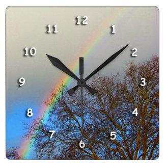 Ta tid på - regnbågen över träd fyrkantig klocka