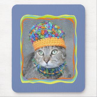 Tabby katt i färgrik hatt och scarf musmatta
