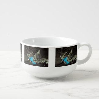 Tabby katt med fjädern stor kopp för soppa