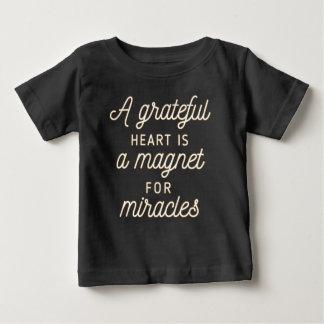 Tacksam hjärtamagnet för skjorta för mirakel   t-shirts