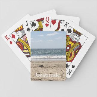 Tacksamhethavstrand som leker kort kortlek