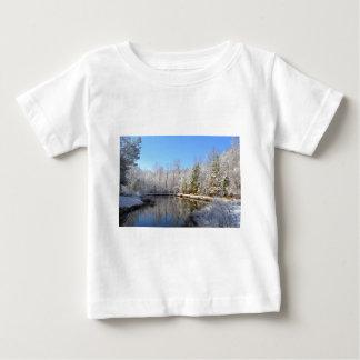 Täckt snö landskap runt om damm tee shirts