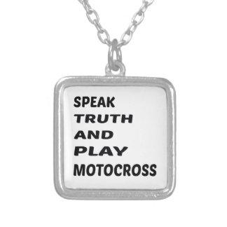 Tala sanning och leka motocross.en halsband med fyrkantigt hängsmycke