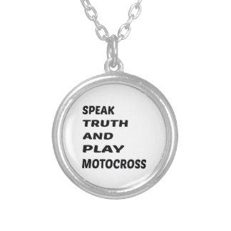 Tala sanning och leka motocross.en halsband med rund hängsmycke