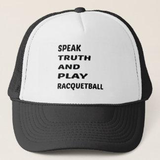 Tala sanning och leka racquetball.en keps