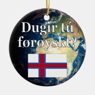 Talar du Faroese? i Faroese. Flagga & jord Rund Julgransprydnad I Keramik
