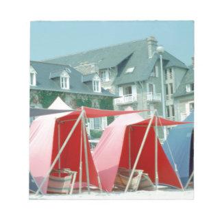 Tält på strand i Brittany, frankrike Anteckningsblock