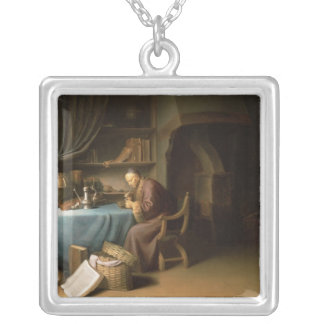 Tända för gamal man som är hans, leda i rör i en s silverpläterat halsband