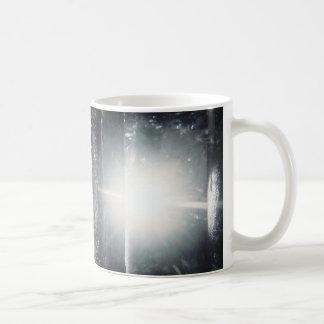 tända i skog kaffemugg