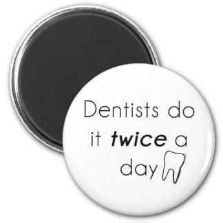 Tandläkaren gör det kylskåpmagneter