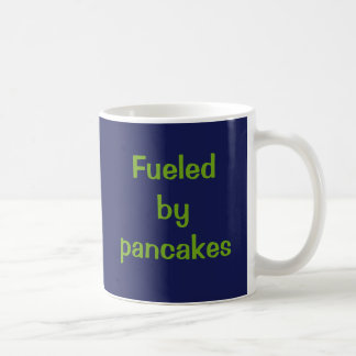 Tankat av pancakes. vit mugg