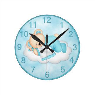 Tar tid på den sömniga björnen för blått rund klocka