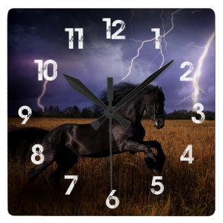 Tar tid på den svart hästväggen för vilden fyrkantig klocka