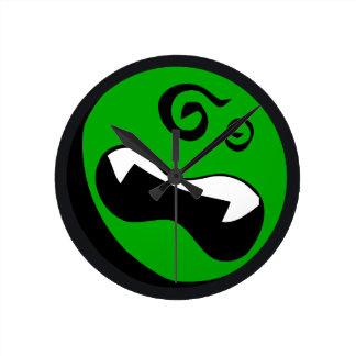 Tar tid på den yr väggen för den gröna främlingen rund klocka