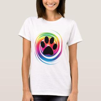 Tasstrycket i regnbåge virvlar runt t-shirt