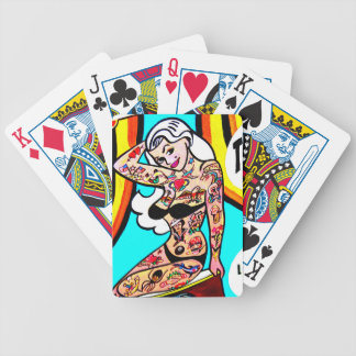 tatuerad blond pinup som leker kort spelkort