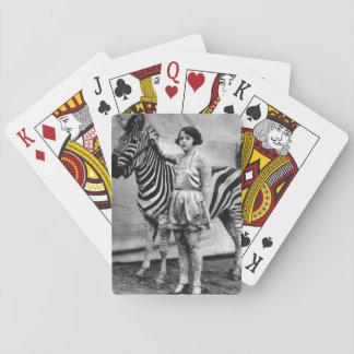 Tatuerad dam som leker kort casinokort