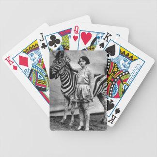Tatuerad damcykel som leker kort spel kort