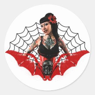 Tatueringen klämmer fast upp runt klistermärke