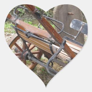 Tävlings- sulky som används i travsport hjärtformat klistermärke