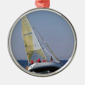 Tävlings- yacht från bakom julgransprydnad metall