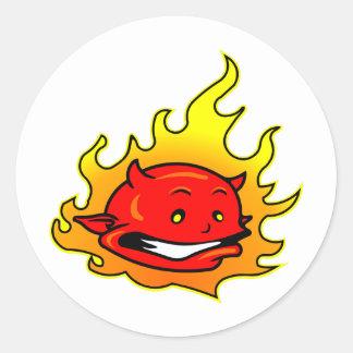 Tecknaddjävulen med flammar runt klistermärke