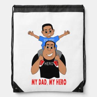 tecknadfadern och sonpojken på pappa knuffar backpack
