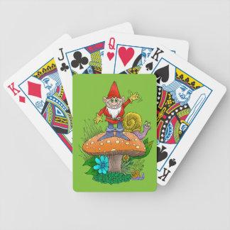 Tecknadillustration av en stå vinka gnome. spelkort