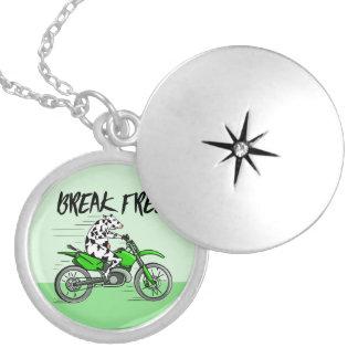 Tecknadko som rider en motorbike halsband med rund berlock
