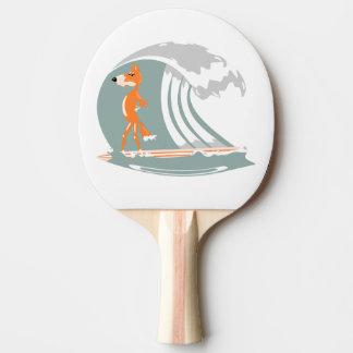 Tecknadräv på en surfingbräda pingisracket