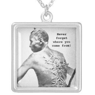 Teckning av ett piskat slav- halsband med fyrkantigt hängsmycke