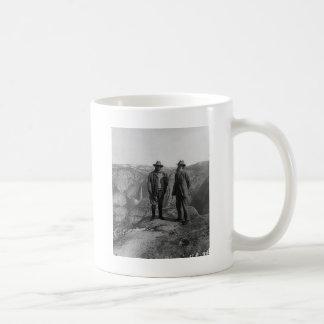 Teddy Roosevelt och John Muir i Yosemite Kaffemugg