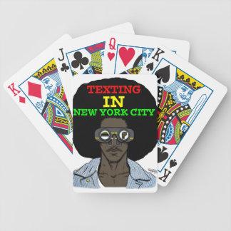 Texting i New York City som leker kort Spelkort