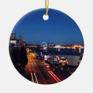 Themed stad, en bild Od ett centra av ett Rund Julgransprydnad I Keramik