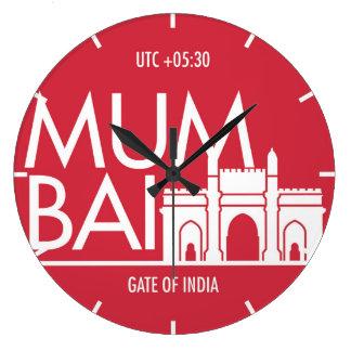 Time tar tid på den zona typografiväggen Mumbai Stor Klocka