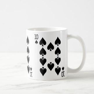Tio av spadar som leker kortet kaffemugg