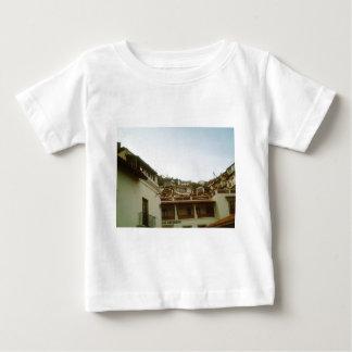 Tittar upp från en gata i Taxco T Shirt